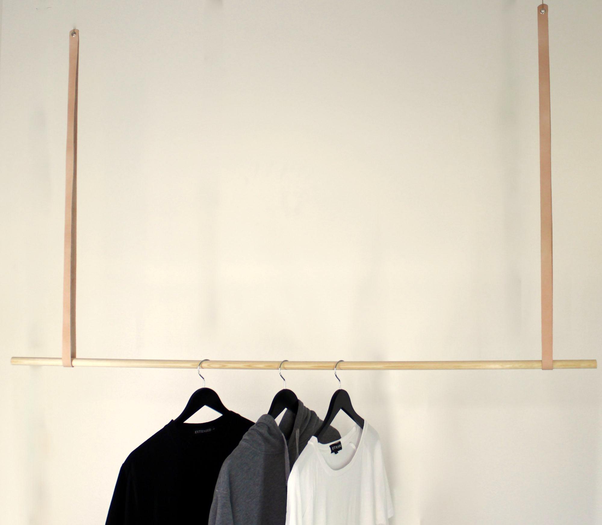 Tøjstativet med naturfarvet læder